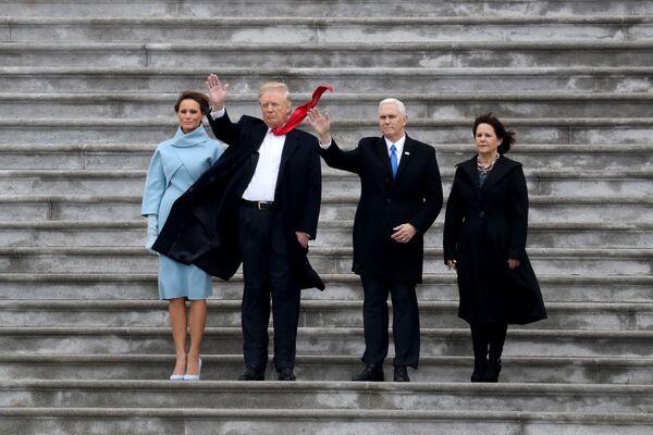 Současný prezident USA Donald Trump, první dáma USA Melania Trumpová a viceprezident USA Mike Pence se svou manželkou Karen - Sputnik Česká republika