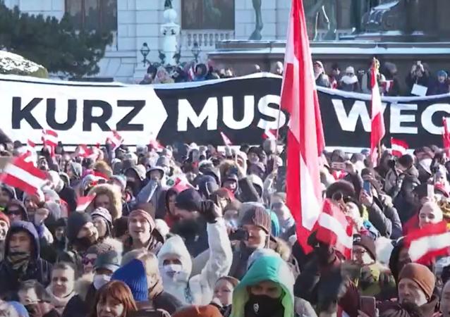 """""""Rakousko je svobodné."""" Protestující vyšli do ulic Vídně proti koronavirovým opatřením"""