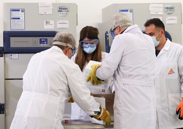 Dodávka vakcín Pfizer-BioNTech v Aténách