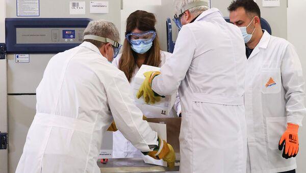 Dodávka vakcín Pfizer-BioNTech v Aténách - Sputnik Česká republika