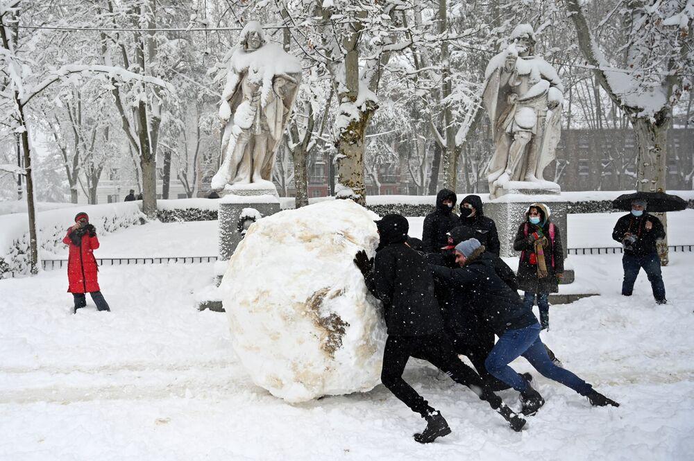 Mládež v zasněženém Madridu