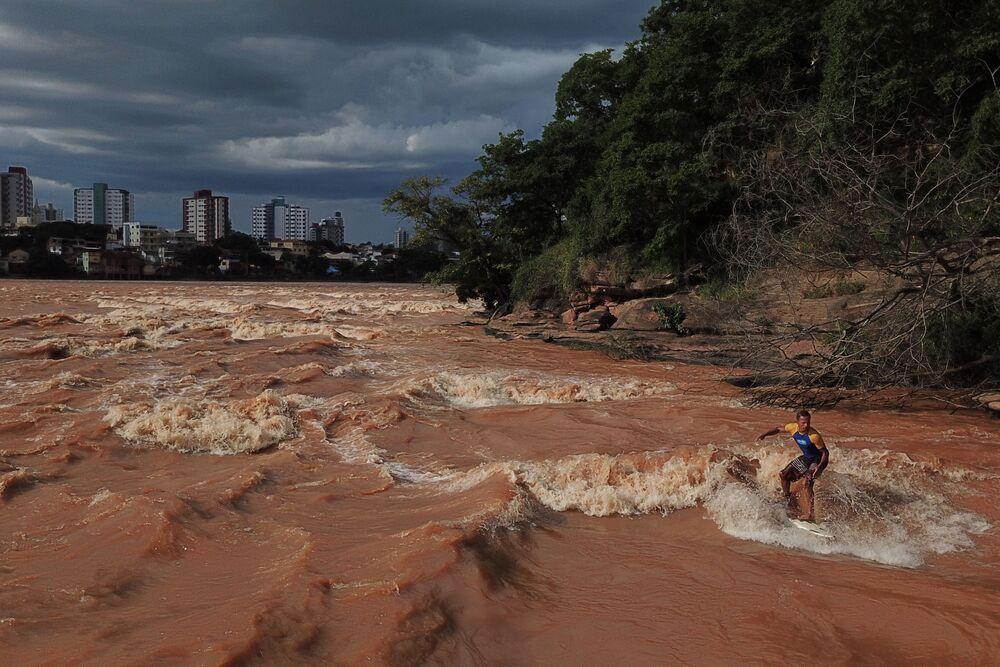 Surfing na řece v Brazílii