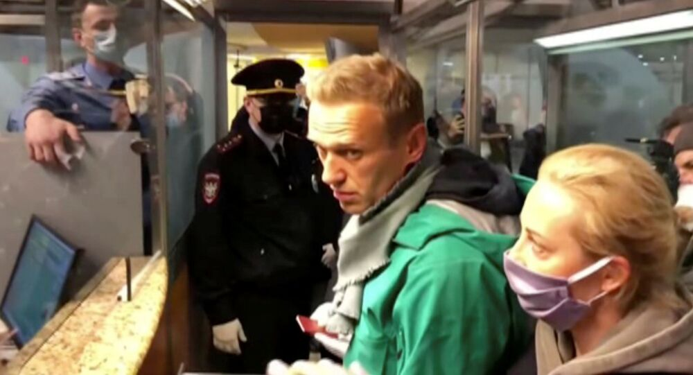 Alexej Navalnyj při zadržení na letišti v Moskvě