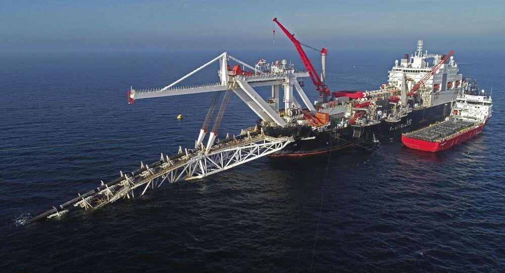 Pokládka potrubí plynovodu Nord Stream 2 lodí Fortuna v Baltském moři
