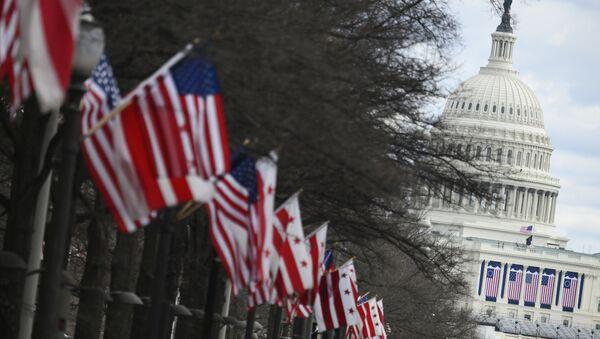 Americké státní vlajky u Kapitolu ve Washingtonu - Sputnik Česká republika