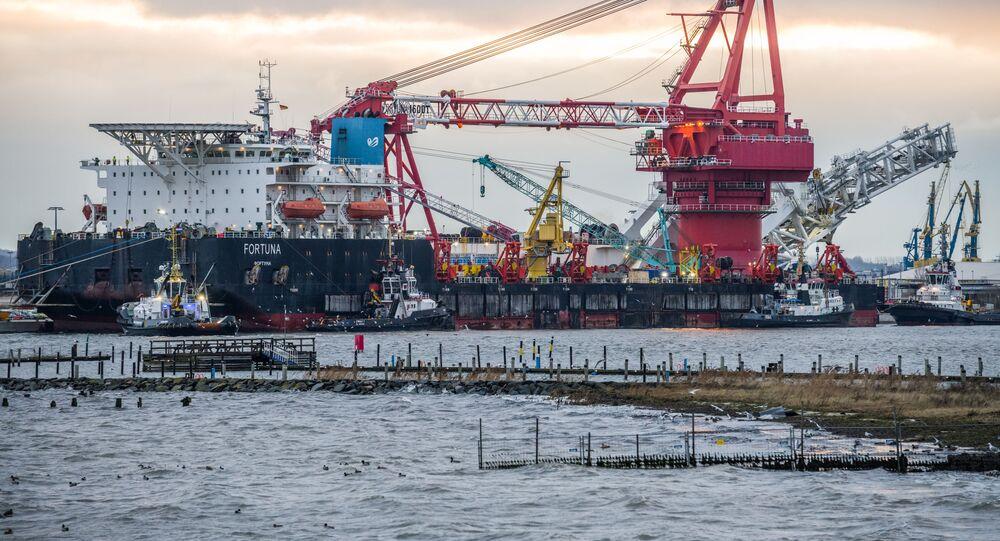 Loď Fortuna na pokládku potrubí v německém přístavu. Ilustrační foto