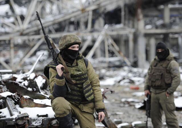 Vojáci Doněcké lidové republiky na doněckém letišti. Ilustrační foto