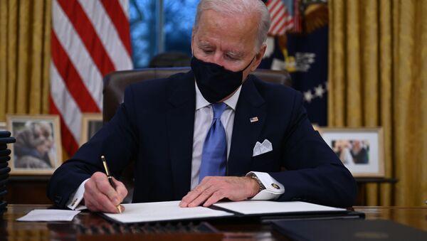 Americký prezident Joe Biden během podepisování nařízení v Bílém domě - Sputnik Česká republika