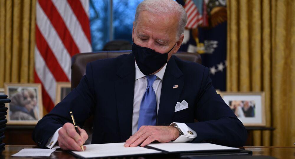 Americký prezident Joe Biden během podepisování nařízení v Bílém domě