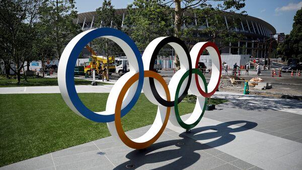 Olympijské kruhy před vchodem na hlavní stadion v Tokiu - Sputnik Česká republika