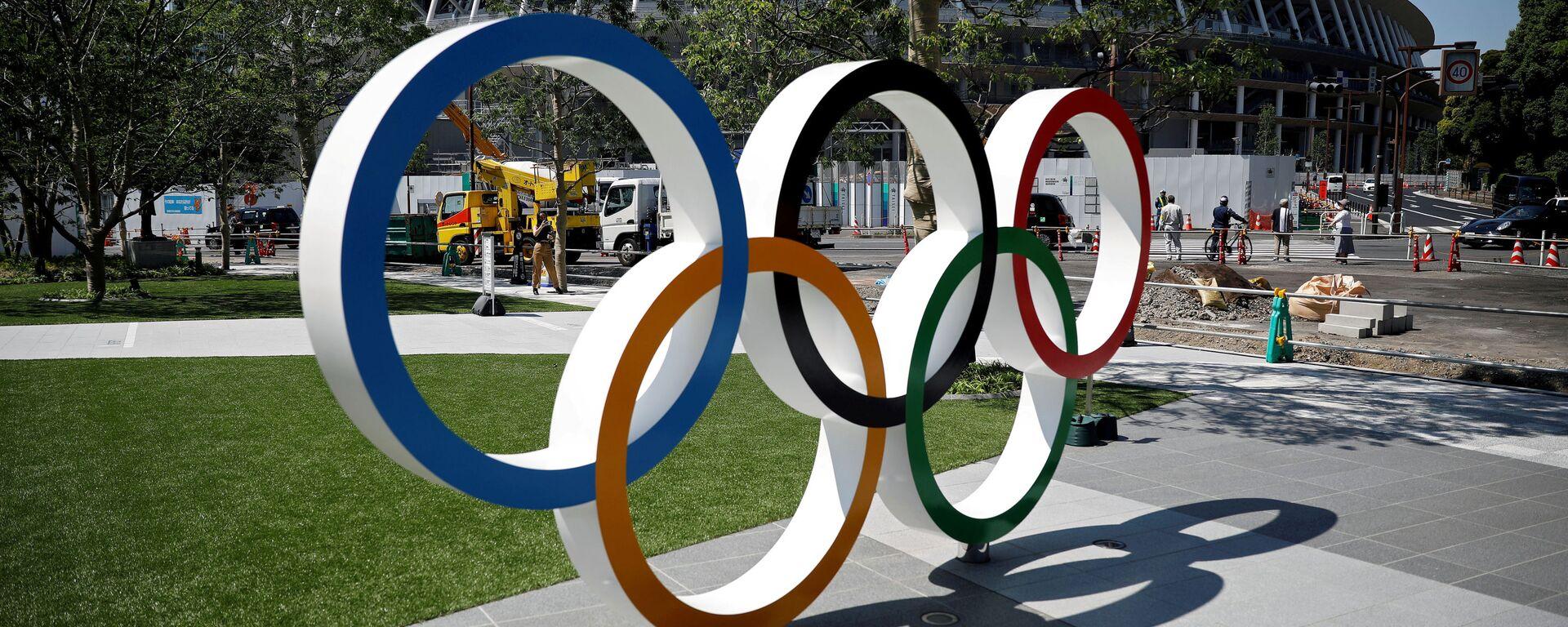 Olympijské kruhy před vchodem na hlavní stadion v Tokiu - Sputnik Česká republika, 1920, 25.07.2021