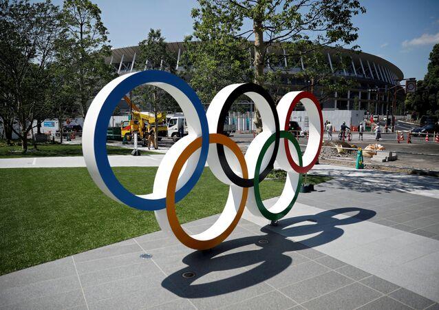 Olympijské kruhy před vchodem na hlavní stadion v Tokiu