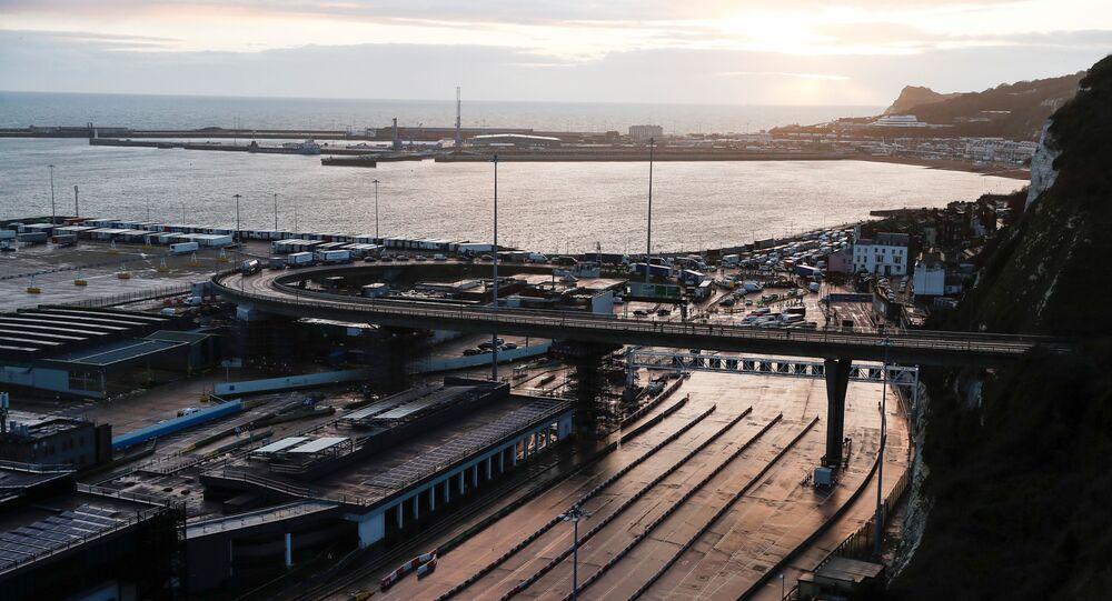 Nákladní automobily v britském přístavu Dover