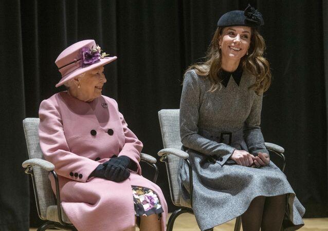 Vévodkyně z Cambridge Kate Middletonová a britská královna Alžbeta II.