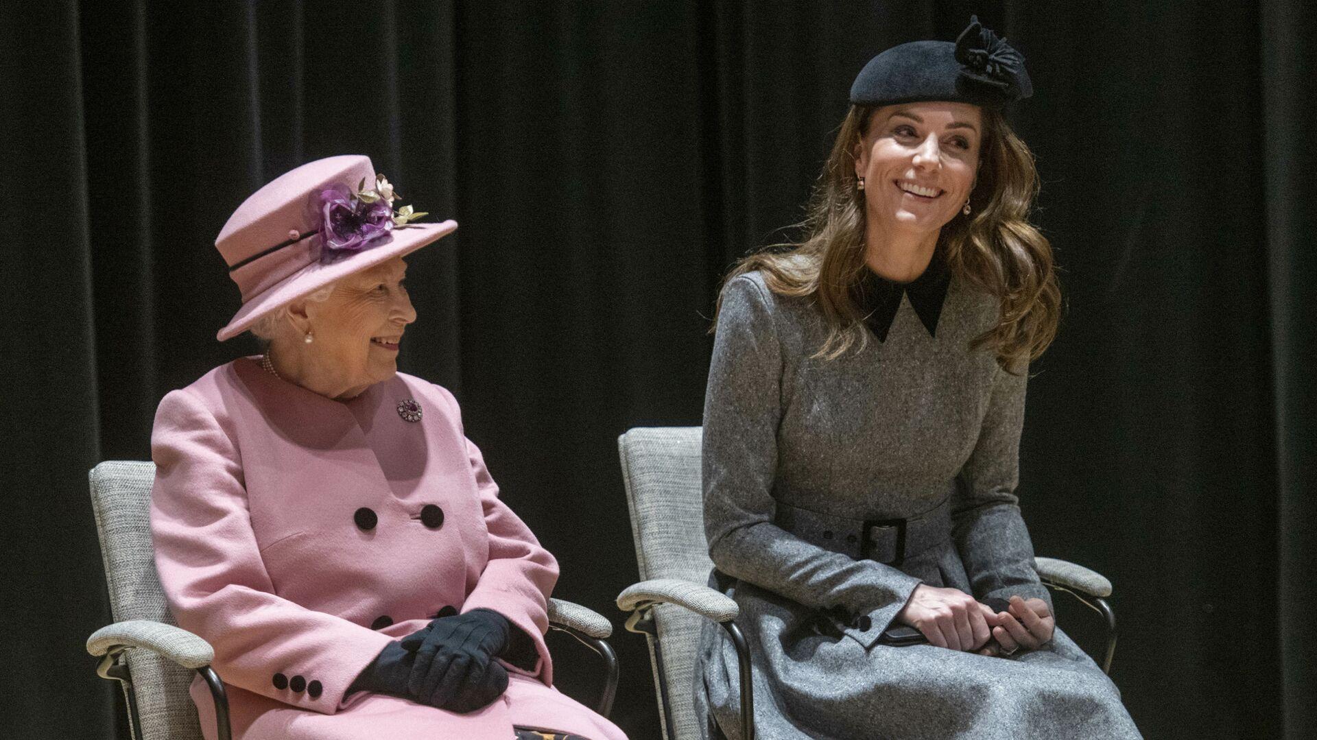 Vévodkyně z Cambridge Kate Middletonová a britská královna Alžbeta II. - Sputnik Česká republika, 1920, 24.07.2021