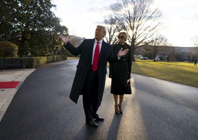 Donald a Melania Trumpová opouštějí Bílý dům