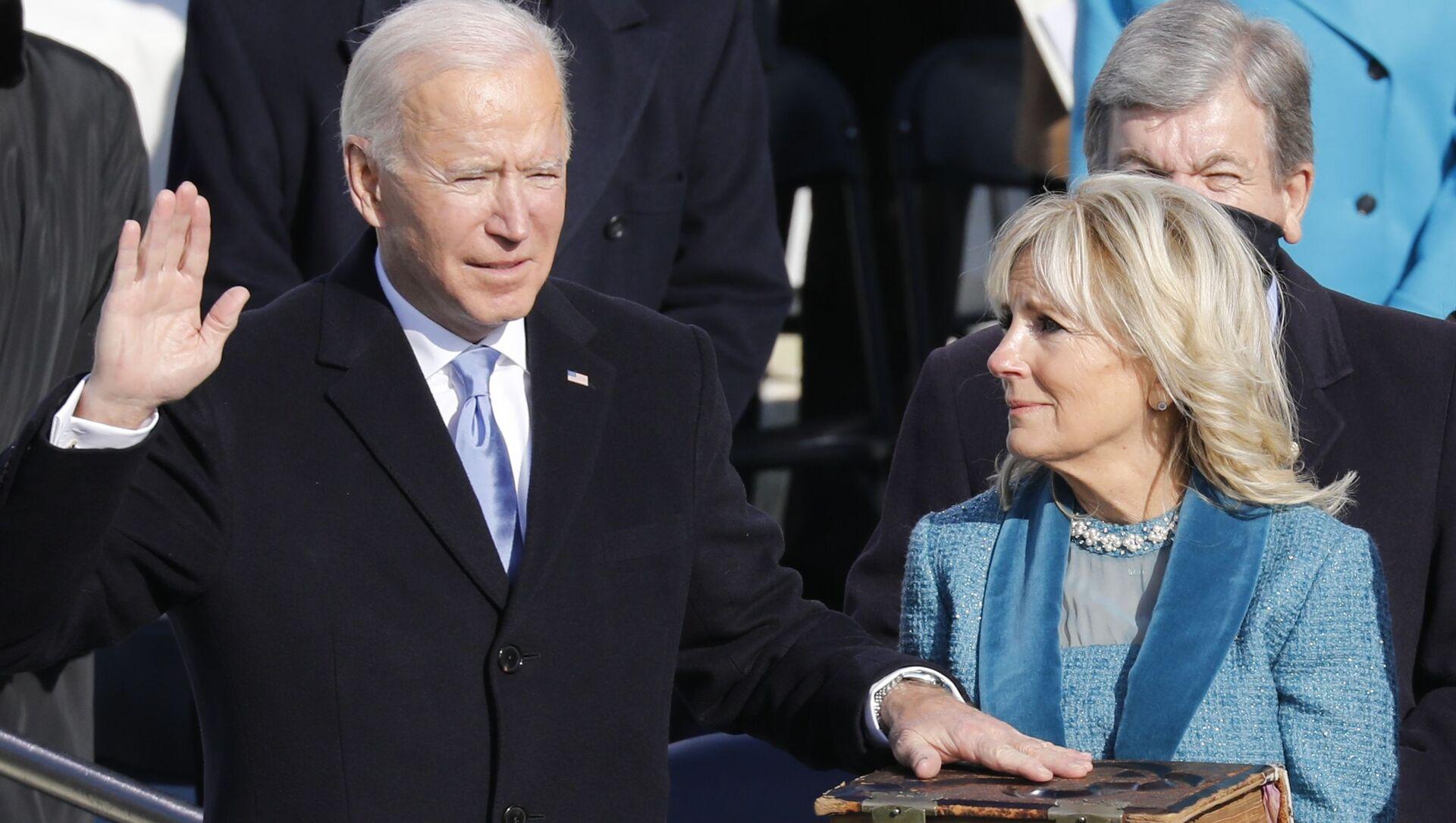 Prezident Spojených států Joe Biden a jeho manželka Jill Bidenová skládají přísahu - Sputnik Česká republika, 1920, 04.03.2021