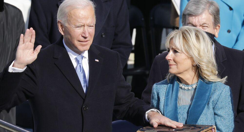 Prezident Spojených států Joe Biden a jeho manželka Jill Bidenová skládají přísahu