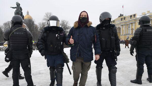 Policisté zadržují účastníka nepovolené akce příznivců Alexeje Navalného v Petrohradě - Sputnik Česká republika