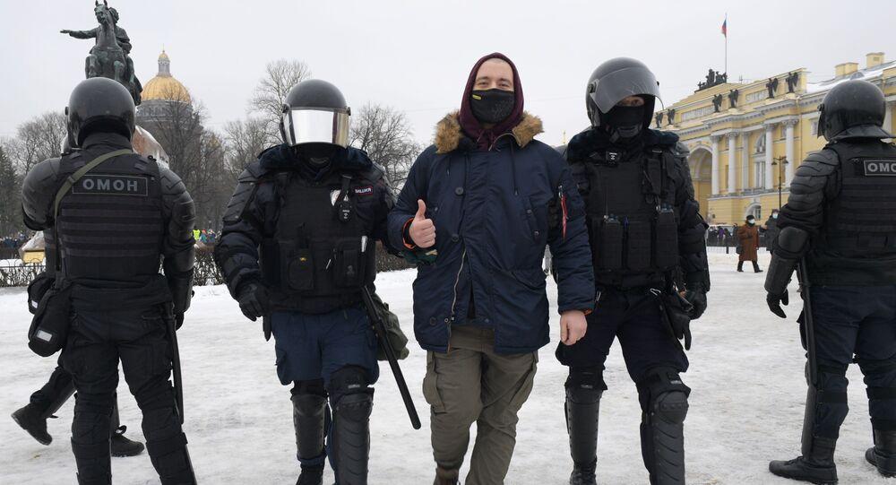 Policisté zadržují účastníka nepovolené akce příznivců Alexeje Navalného v Petrohradě