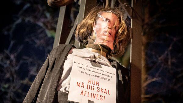 Protestující během násilných protestů proti lockdownu spálili figurínu premiérky. Kodaň, Dánsko - Sputnik Česká republika