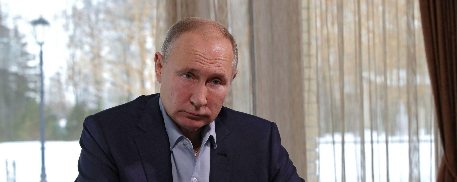 Ruský prezident Vladimir Putin debatuje se studenty v rámci režimu videokonference  - Sputnik Česká republika, 1920, 25.05.2021