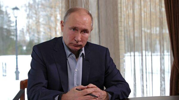 Ruský prezident Vladimir Putin debatuje se studenty v rámci režimu videokonference  - Sputnik Česká republika
