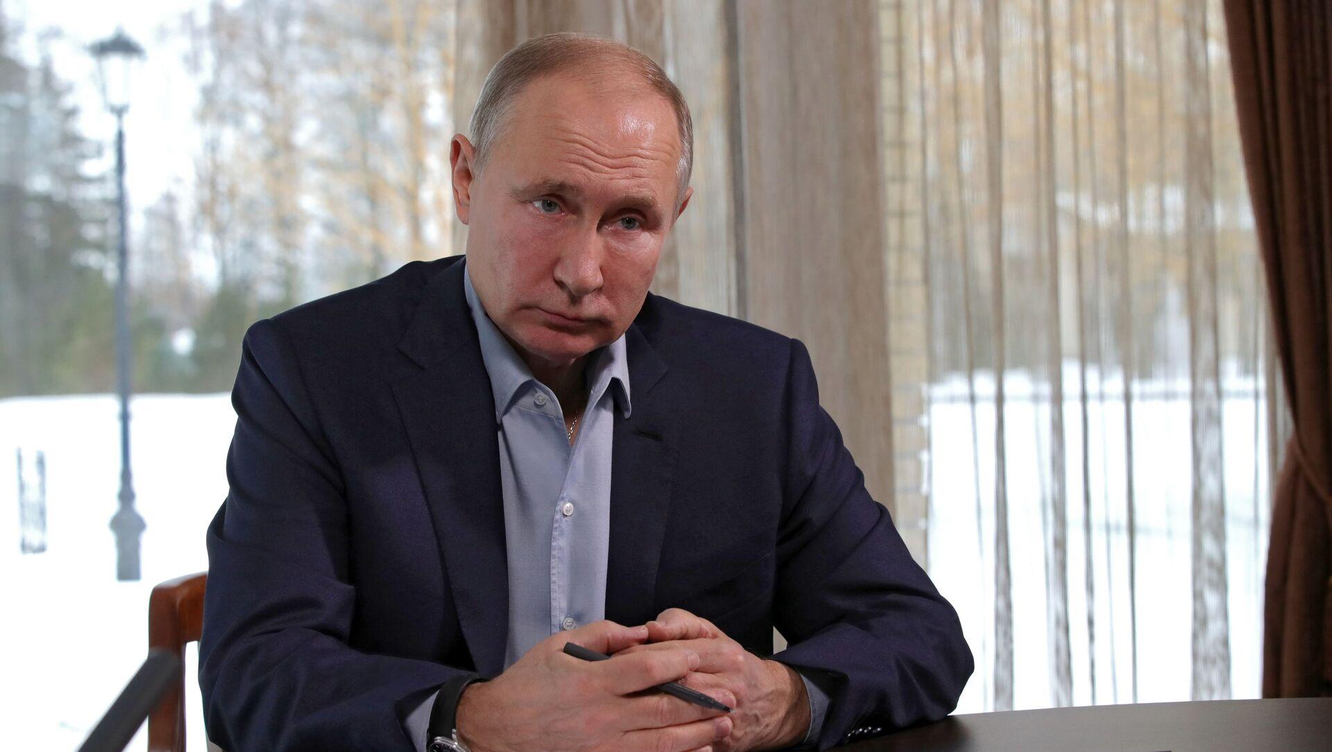 Ruský prezident Vladimir Putin debatuje se studenty v rámci režimu videokonference  - Sputnik Česká republika, 1920, 18.03.2021