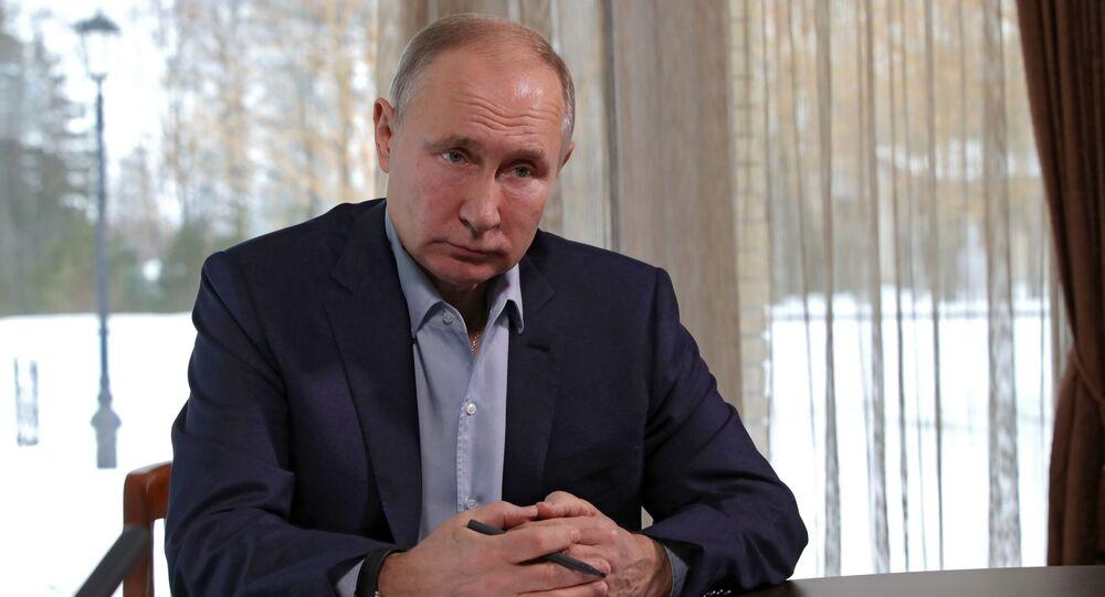 Ruský prezident Vladimir Putin debatuje se studenty v rámci režimu videokonference