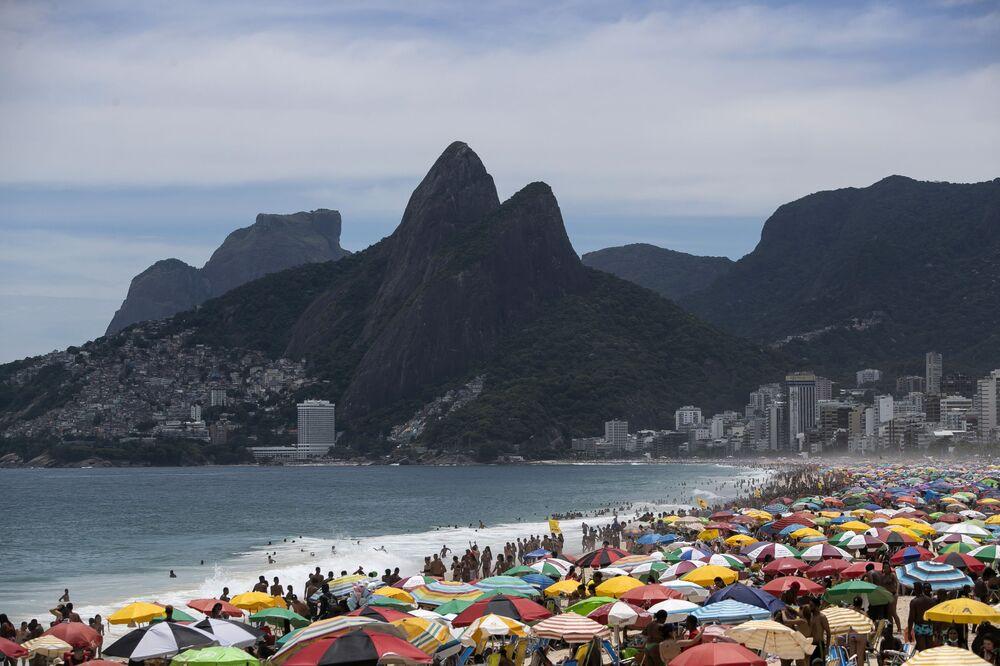 V Brazílii zřejmě o sociálním odstupu neslyšeli: Pláže v Riu de Janeiru jsou přeplněné. S lidmi se koupal i prezident