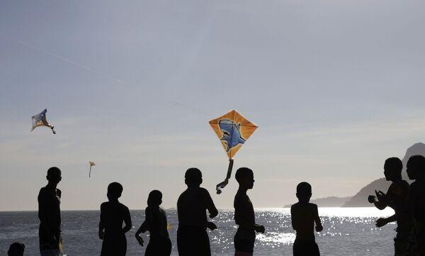 V Brazílii zřejmě o sociálním odstupu neslyšeli: Pláže v Riu de Janeiru jsou přeplněné. S lidmi se koupal i prezident - Sputnik Česká republika
