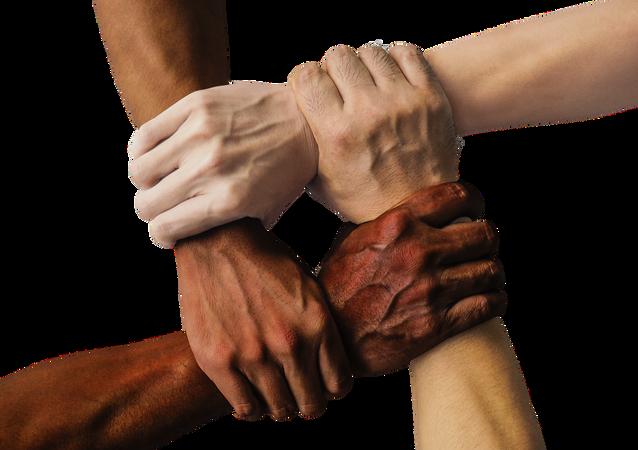 Ruce lidí s jinou barvou pleti