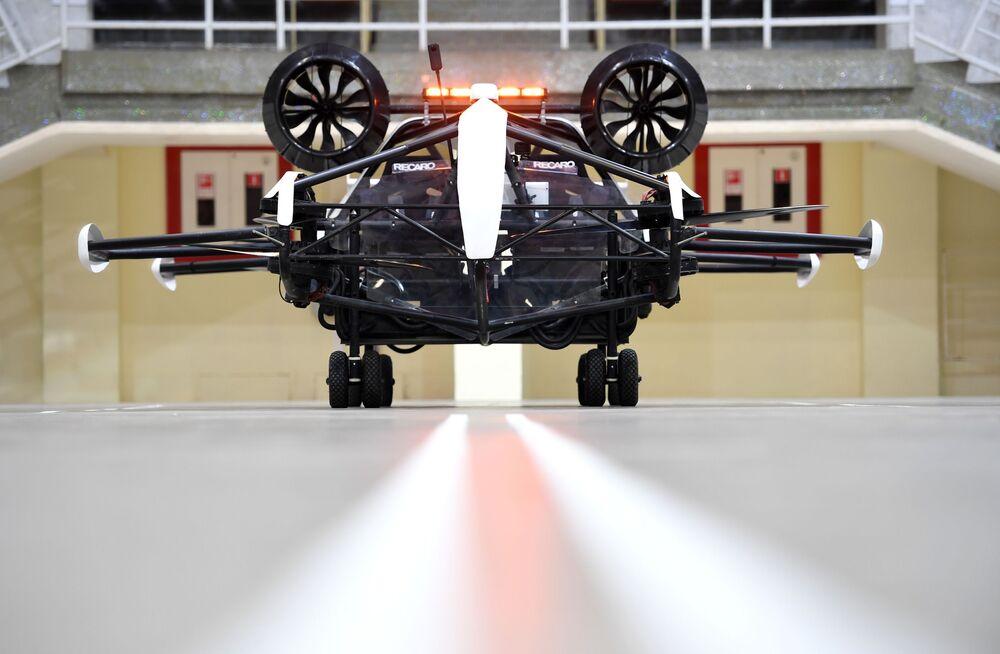 Test taxi dronu v prostorách Malé sportovní arény olympijského komplexu Lužniki v Moskvě