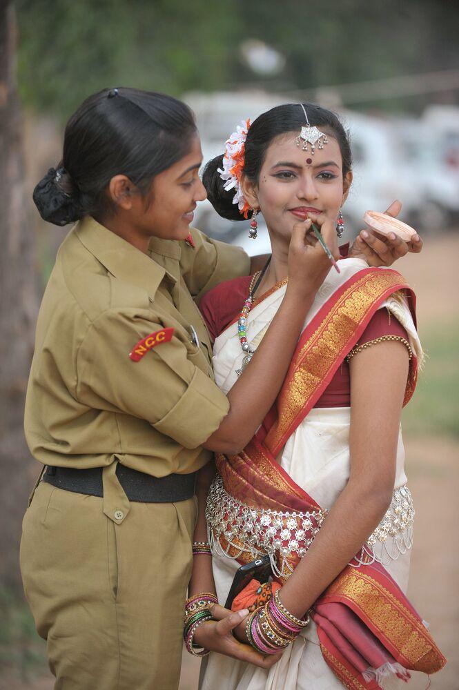 Kadetka maluje kolegyni při přípravě na kulturní program v indickém městě Secunderabad