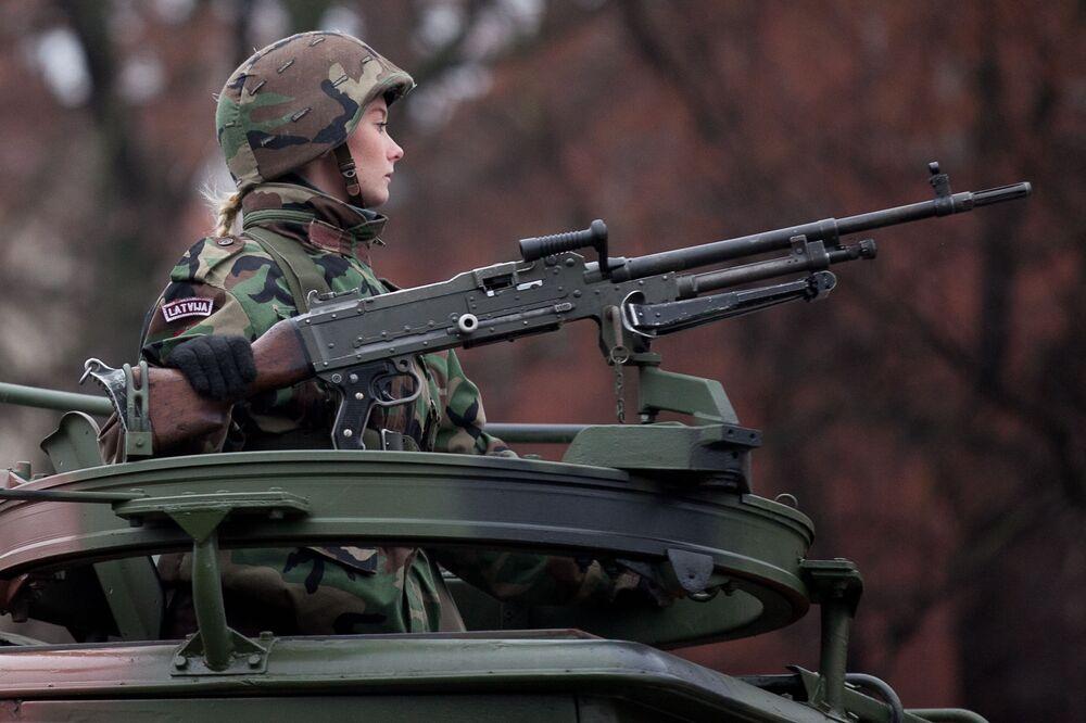 Vojačka na přehlídce lotyšských národních ozbrojených sil