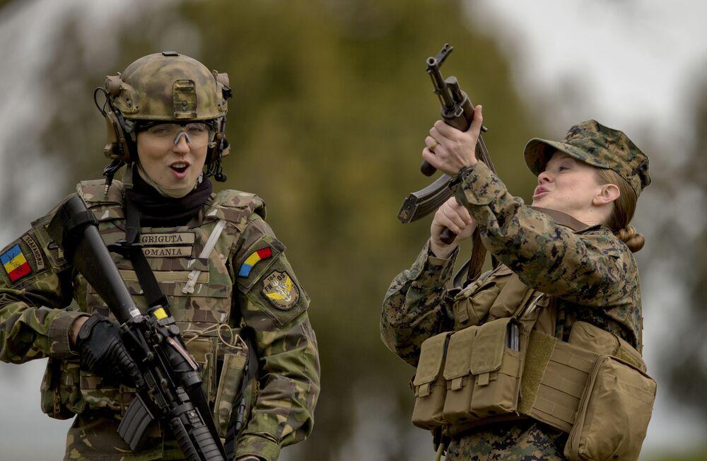 Rumunští a američtí vojáci během tréninku na cvičišti Capo Midia v Rumunsku
