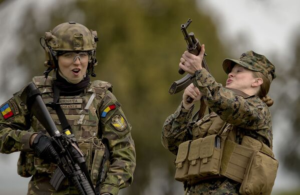 Rumunští a američtí vojáci během tréninku na cvičišti Capo Midia v Rumunsku - Sputnik Česká republika