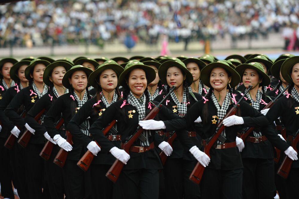Vojačky v uniformách Vietcongu během vojenské přehlídky ve Vietnamu
