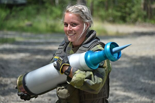 Vojačka švédské armády nese granát během tankových zkoušek Strong Europe - Sputnik Česká republika