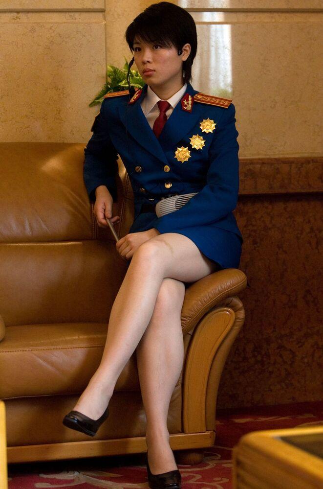 Vojačka, která pracuje jako průvodkyně, se připravuje na zahájení výstavy věnované vojenským úspěchům Číny v Pekingu