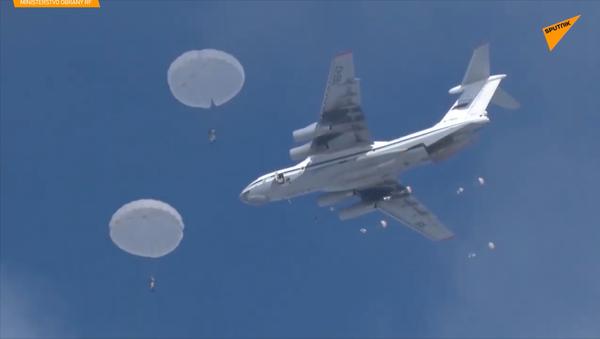 Záběry přistání jednotek Výsadkového vojska s nejnovější technikou - Sputnik Česká republika
