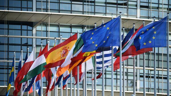Vlajky u budovy Evropského parlamentu ve Štrasburku - Sputnik Česká republika