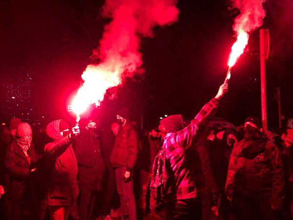 Lidé se světlicemi během protestů ve Varšavě, Polsko - Sputnik Česká republika