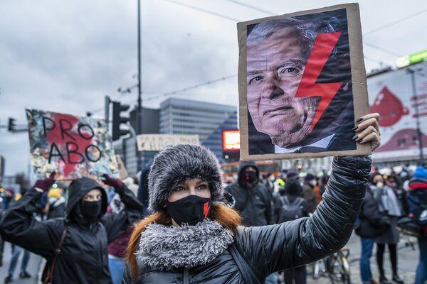 Lidé držící transparenty během protestu ve Varšavě, Polsko - Sputnik Česká republika