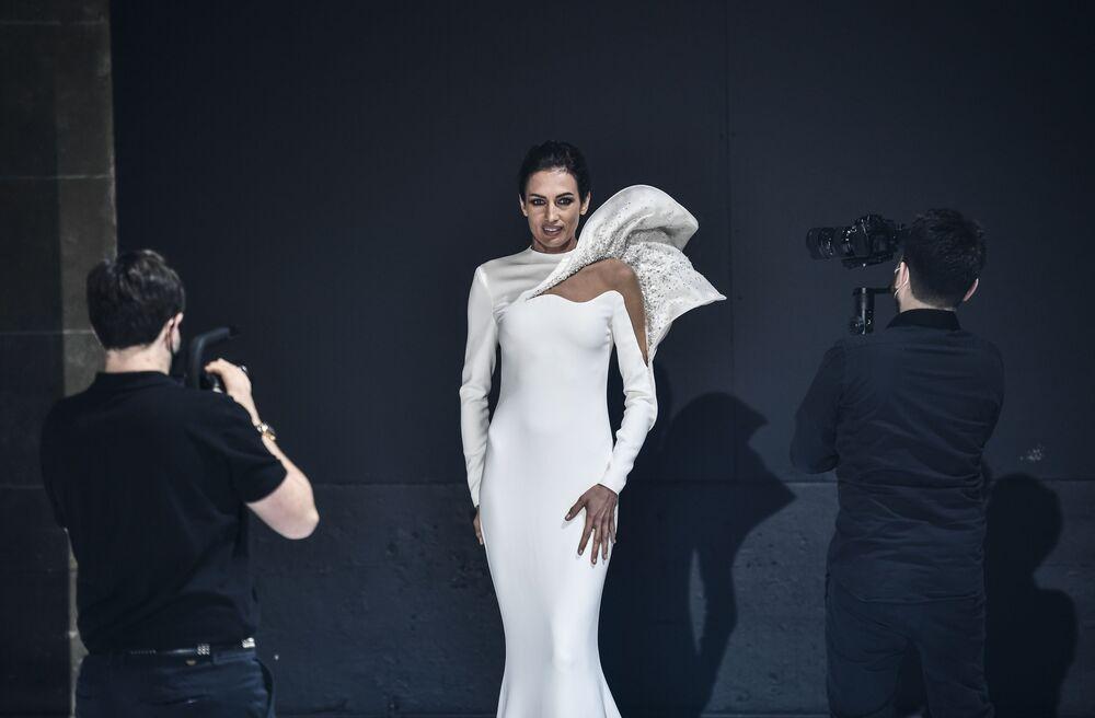 Modelka předvádí kolekci francouzského návrháře Stefana Rollanda na pařížském haute couture fashion weeku