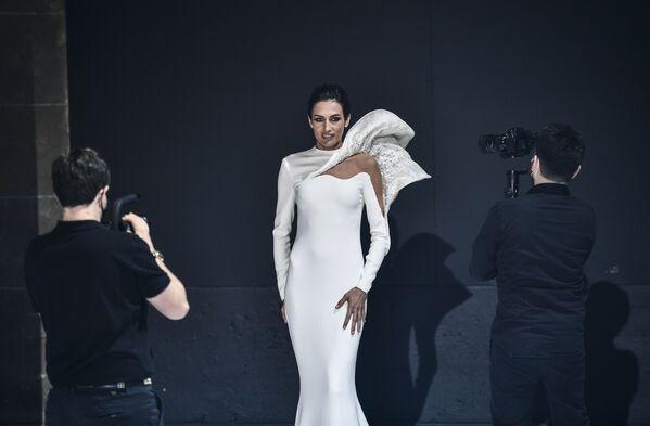 Modelka předvádí kolekci francouzského návrháře Stefana Rollanda na pařížském haute couture fashion weeku - Sputnik Česká republika