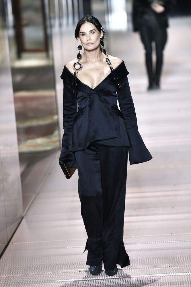 Herečka Demi Moore na módní přehlídce Fendi sezóny jaro-léto 2021 na pařížském haute couture fashion weeku
