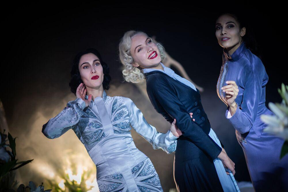 Řecká modelka Angeliki Tsionou, česká modelka Michaela Tomanová a francouzská modelka Sheherazade Dakhlaoui předvádí  kolekci francouzského návrháře Juliena Fournieho na pařížském haute couture fashion weeku