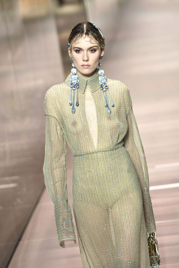 Modelka předvádí kolekci britského návrháře Kima Jonese na pařížském haute couture fashion weeku - Sputnik Česká republika