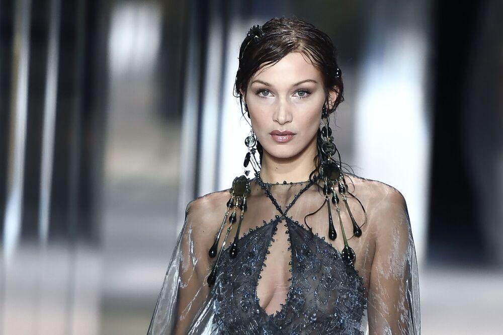 Americká modelka Bella Hadid předvádí modely britského návrháře Kima Jonese z kolekce Fendi jaro-léto 2021 na pařížském haute couture fashion weeku